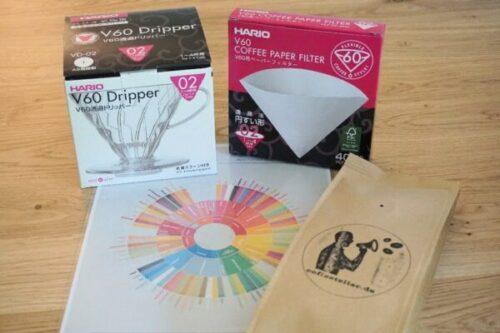 Geschenkset Online-Kaffee-Kurs mit Hario V60 Handfilter, Filtertüten, Specialty Coffee und dem Kaffee-Aromarad
