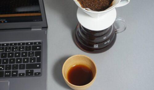 Online-Kaffee-Kurs, Handfilter, Tasse, Laptop